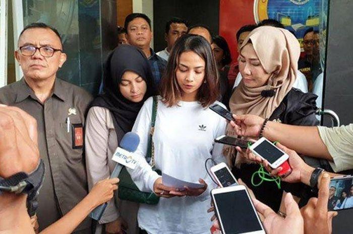 Vanessa Angel memberikan pernyataannya untuk pertama kali setelah diamankan pihak Mapolda Jatim terkait prostitusi online, Sabtu (5/1/2019).