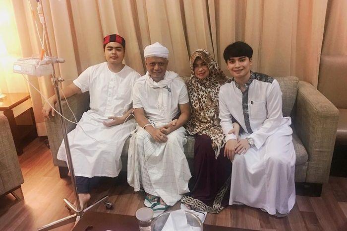 Ustaz Arifin Ilham bersama istri pertamanya Wahyuniati dan anak-anaknya