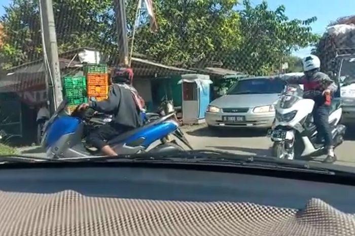 Pengendara Yamaha NMAX arogan tutup jalan raya.