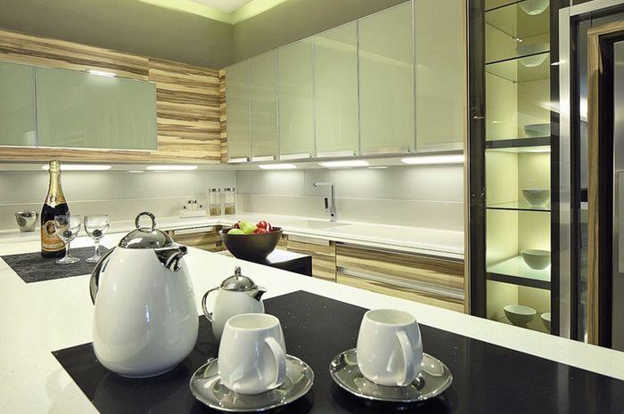 Warna putih pada dapur mengesankan bersih, segar, lapang, dan mewah.