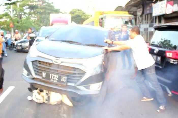 Daihatsu Sigra yang membawa Eks Ketua DPRD Surabaya melindas Honda Spacy