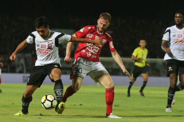 Pemain Bali United, Melvin Platje, berduel pada laga Liga 1 2018 kontra Madura United di Stadion Kapten I Wayan Dipta, Gianyar, Bali, Sabtu (3/11/2018).