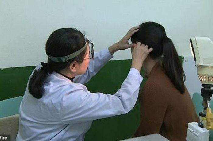 Wanita dari China mengalami gangguan pendengaran yang cukup aneh