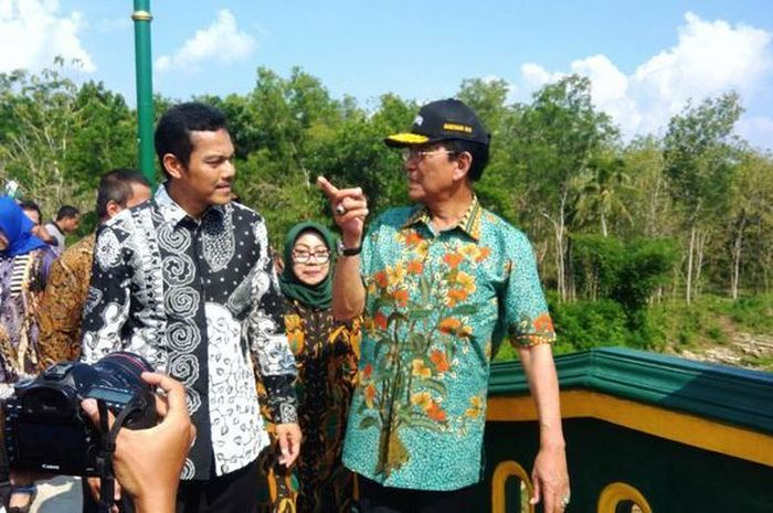 Gubernur DIY Sri Sultan Hamengku Buwono X (Batik Hijau) Meninjau Jembatan Nguwot yang Menghubungkan Gading -Ngalang Kamis (10/1/2019).