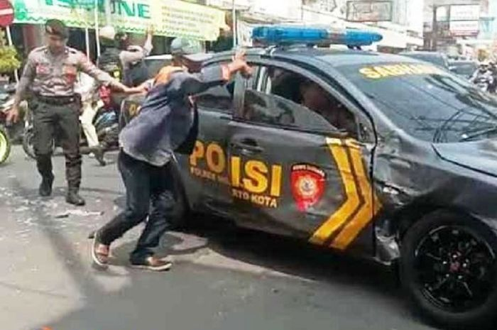 Sebuah mobil Patwal Polisi rusak ditabrak truk di Jalan Majapahit, Mojokerto, Jawa Timur, saat melakukan pengawalan tahanan dari Lapas Klas IIB Mojokerto menuju Pengadilan Negeri Mojokerto, Kamis (10/1/2019)