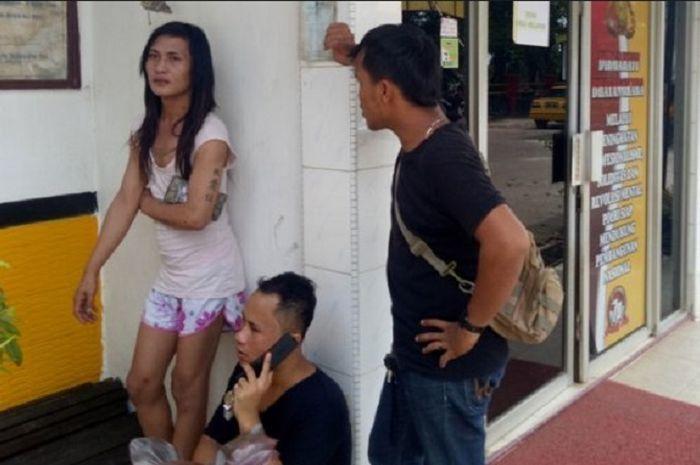 Waria korban penyerangan geng motor di Batam melaporkan kasusnya ke polisi.