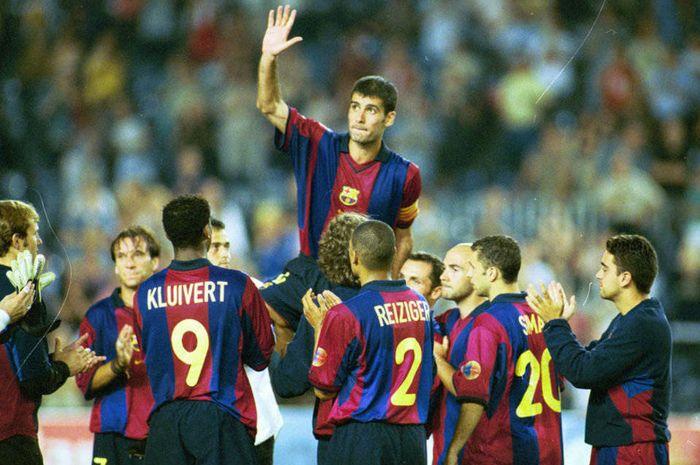 Pep Guardiola bersama para pemain Barcelona, termasuk Xavi dan juga Carles Puyol