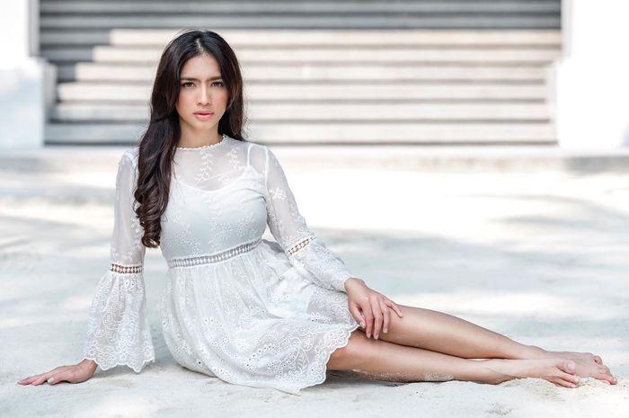 Tampilan Seksi Angel Karamoy dengan Mini Dress yang Curi Perhatian