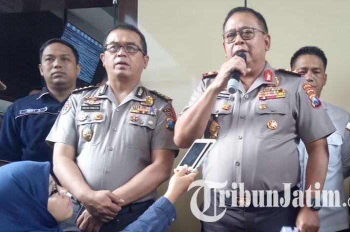 Kapolda Jatim Irjen Pol Luki Hermawan bersama Kabid Humas Kombes Pol Frans Barung Mangera menyampaikan update terbaru kasus prostitusi artis