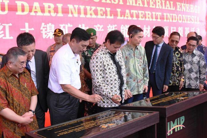 Menteri Perindustrian Airlangga Hartarto dan Menteri Kooridanor Bidang Kemaritiman Luhut Binsar Panjaitan menandatangani prasasti