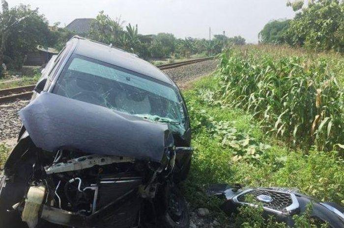 Kondisi mobil setelah diterjang kereta api