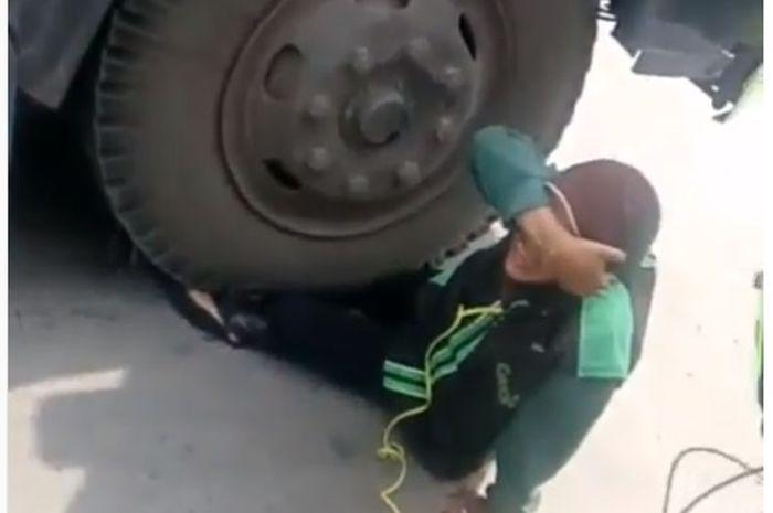 Driver Grab wanita kakinya terlindas truk