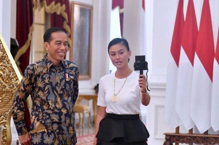 Penampilan Agnez Mo saat bertemu Jokowi
