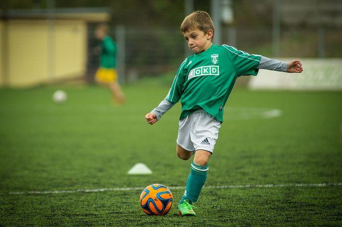 selain menyehatkan, bermain bola ternyata bisa melatih mental seorang anak
