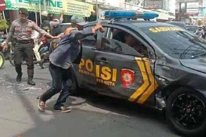 Sebuah mobil Patwal Polisi rusak ditabrak truk di Jalan Majapahit, Mojokerto, Jawa Timur, saat melakukan pengawalan tahanan dari Lapas Klas IIB Mojokerto menuju Pengadilan Negeri Mojokerto, Kamis (10/1/2019).