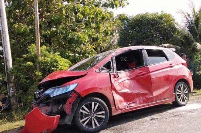 Satu unit mobil Jazz yang mengalami kecelakaan setelah terjadi tabrakan dengan sepeda motor di Suak Puntong, Kecamatan Kuala Pesisir, Kabupaten Nagan Raya, Jumat (11/1). Foto/dokumen Polres Nagan Raya.