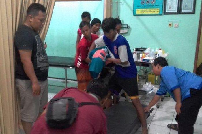 Sedang Main Sepak Bola Dibawah Guyuran Hujan, Seorang Pemuda Tewas Disambar Petir Hingga Tubuhnya Ke