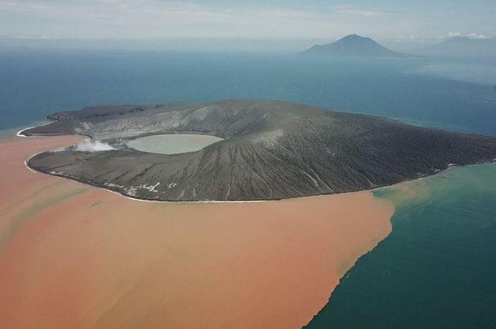 Beredar Video Kondisi Terkini Gunung Anak Krakatau, Puncaknya Hilang Setengah Hingga Air Laut di Sekitar Tiba-tiba Berubah Oranye