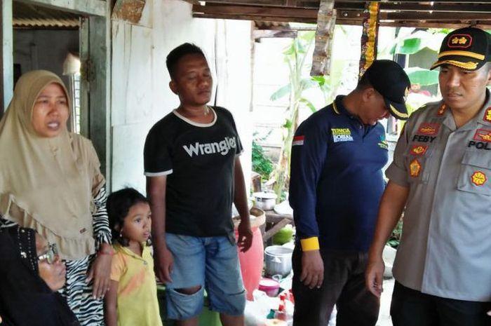 Miris, Nenek 71 Tahun Bersama Anak dan Cucunya Sempat Tertimpa Atap Warungnya Saat Angin Puting Beliung Terjang Glagah Lamongan