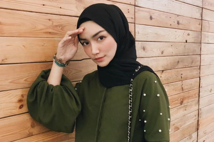 Inspirasi gaya fashion hijab ala Melody Prima dengan rok kekinian