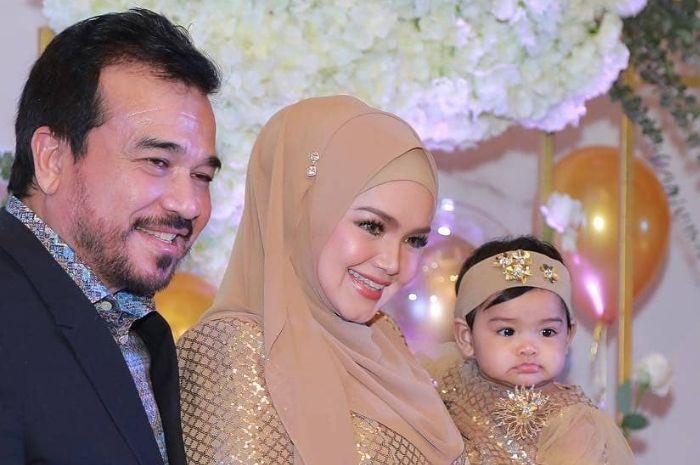 Mewah, Siti Nurhaliza rayakan ulang tahun ke-40 dengan memotong 9 kue tar. Seperti apa suasana ulang tahun nyonya konglomerat Malaysia ini?