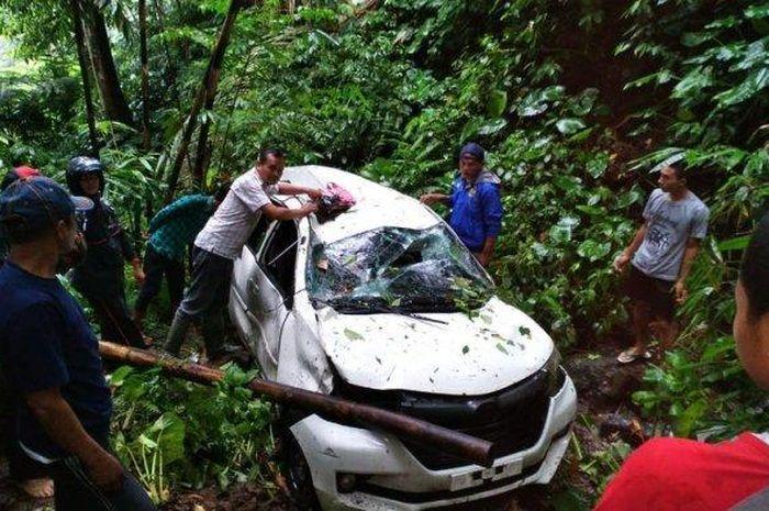 Sebuah Mobil di Cianjur Jatuh ke Jurang Saat Bawa 9 Penumpang, Bocah 10 Tahun Meninggal Karena Terjepit