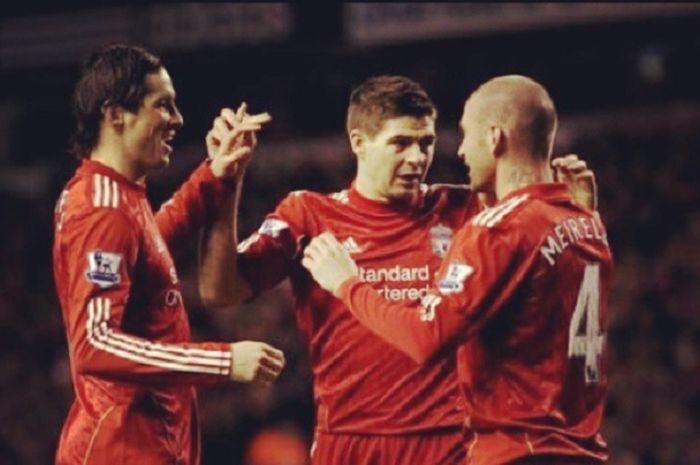 Tiga mantan pemain Liverpool, Fernando Torres (kiri), Steven Gerrard (tengah), Raul Meireles (kanan)