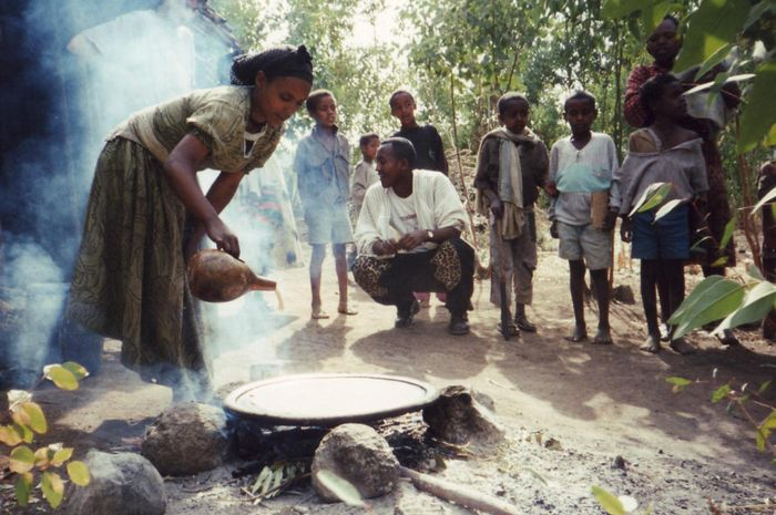 Seorang wanita Beta Israel membuat injera (roti pipih Ethiopia) di Gondar, Ethiopia pada tahun 1996