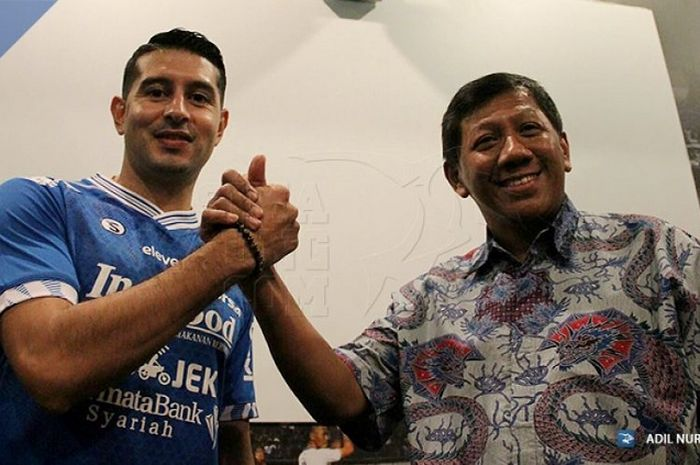 Esteban Vizcarra berpose dengan Komisaris PT Persib Bandung Bermartabat KUswara S Taryono di Graha Persib, KOta Bandung, Jumat (18/1/2019).