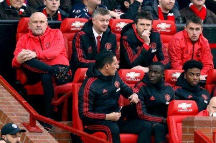 Pelatih Manchester United, Ole Gunnar Solskjaer, memilih kursi paling belakang saat berlaga di Stadi