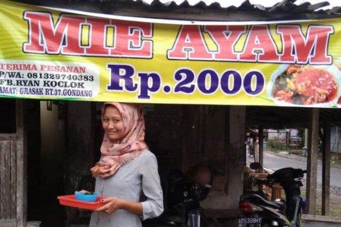 Rika penjual mie ayam Rp 2.000 yang viral di Facebook berdiri di depan rumah yang sekaligus juga war