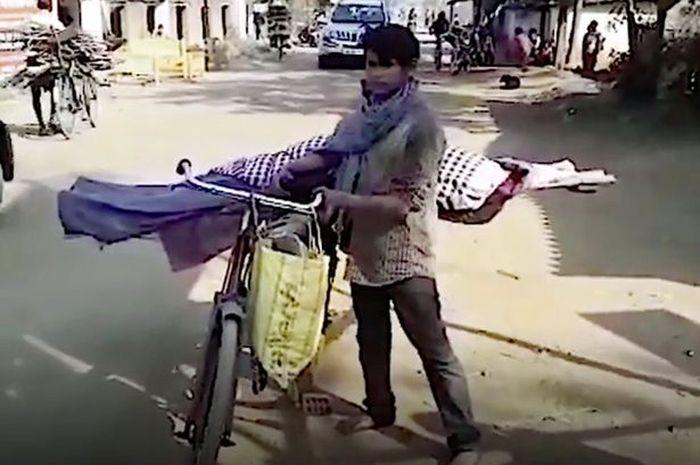 Saroj yang membawa jenazah ibunya