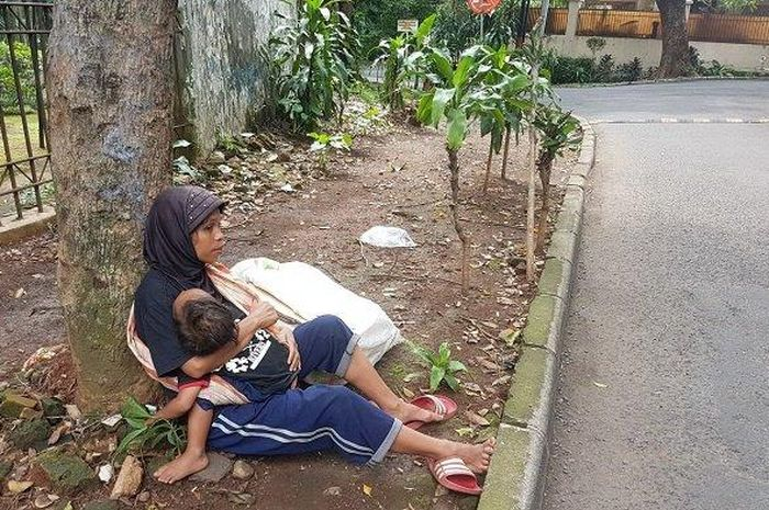 Wanita bernama nung ini tegar menghadapi bagaiaman kerasnya hidup yang dilaluinya