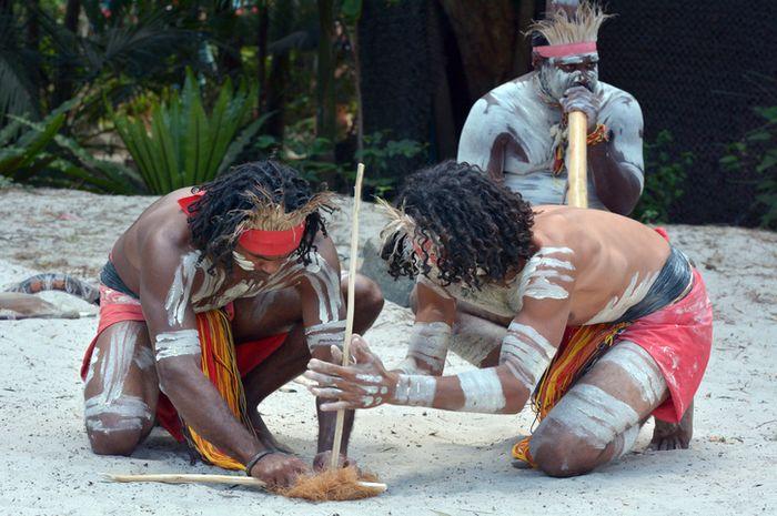 Suku pedalaman yang kerap mengecat pola belang pada tubuhnya terhindar dari gigitan serangga.
