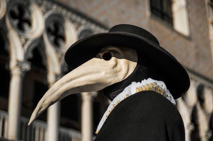Ilustrasi topeng dokter dalam wabah hitam.