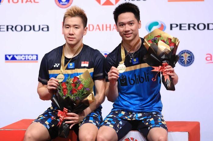 Pasangan ganda putra Indonesia, Marcus Fernaldi Gideon/Kevin Sanjaya Sukamuljo, berpose dengan medali emas yang mereka raih  pada Malaysia Masters 2019 di Axiata Arena, Bukit Jalil, Kuala Lumpur, Malaysia, Minggu (20/1/2019).
