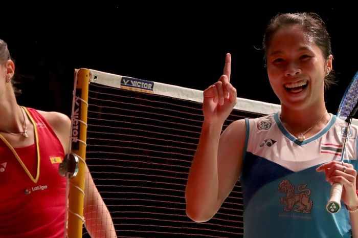 Pebulu tangkis tunggal putri Thailand, Ratchanok Intanon, melakukan selebrasi seusai memenangi laga