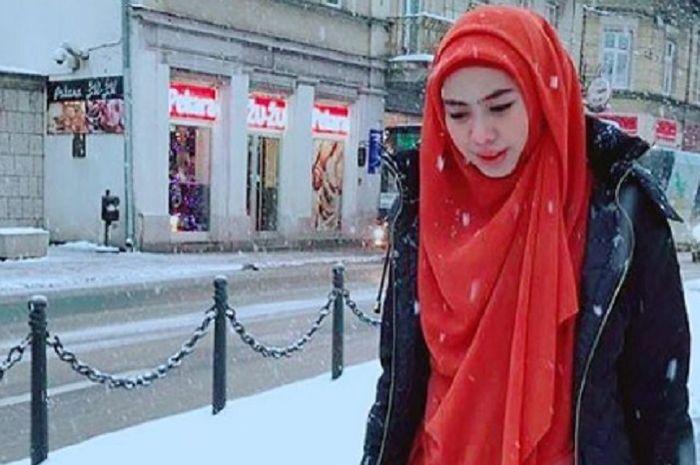 Tangis Oki Setiana Dewi Pecah, Lihat Keempat Anak Ustaz Maulana Tidur Mengelilingi Jenazah Ibunya