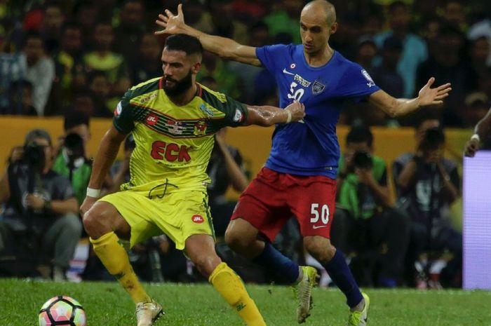 Gelandang, Liridon Krasniqi (kiri) dikawal pemain JDT, Ignacio Insa padaPiala Malaysia 2017 di Stadi