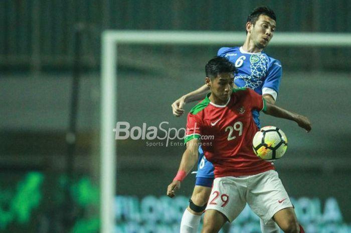Pemain timnas U-23 Indonesia, Septian David Maulana, mengontrol bola pada laga PSSI Anniversary Cup 2018 kontra Uzbekistan di Stadion Pakansari, Bogor, Kamis (3/5/2018).