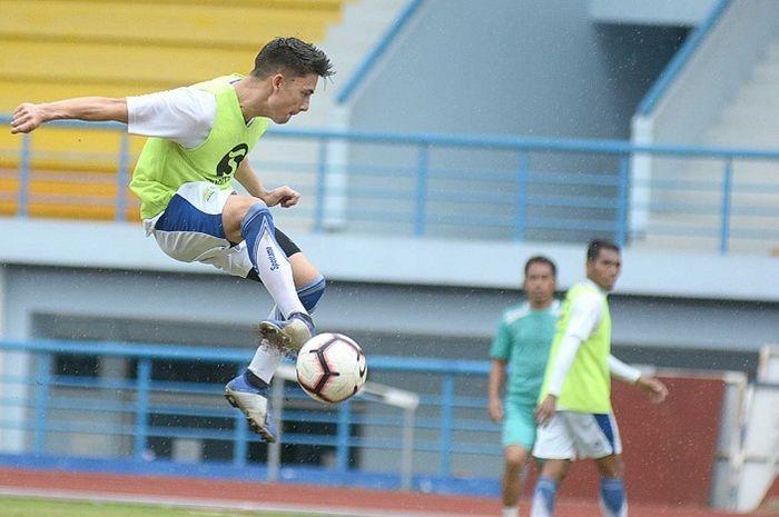 Aksi Kim Kurniawan dalam latihan Persib pada pra-musim 2019.