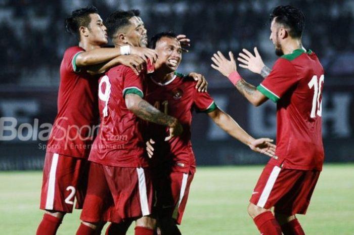 Para pemain timnas U-23 Indonesia merayakan gol ke gawang Bali United dalam laga uji coba melawan Ba