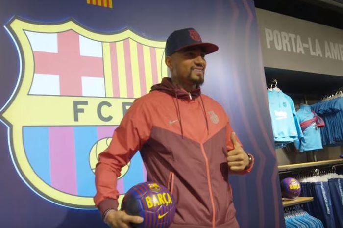Didatangkan dari klub Liga Italia, Sassuolo, Barcelona memperkenalkan Kevin-Prince Boateng sebagai p