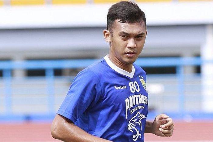 Pemain muda Persib Bandung, Abdul Aziz Lutfi, saat menjalani sesi latihan di Stadion Arcamanik pada
