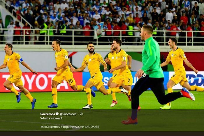 Timnas Australia merayakan kelolosan ke perempat final Piala Asia 2019.