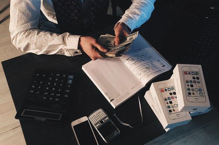 Ilustrasi pemuda sedang menghitung hutang