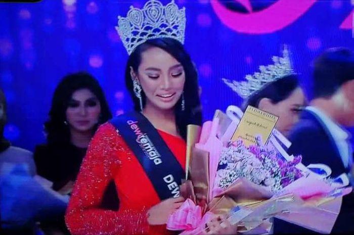 Haneesya Hanee, pemenang ratu kecantikan Dewi Remaja, harus kehilangan gelarnya.