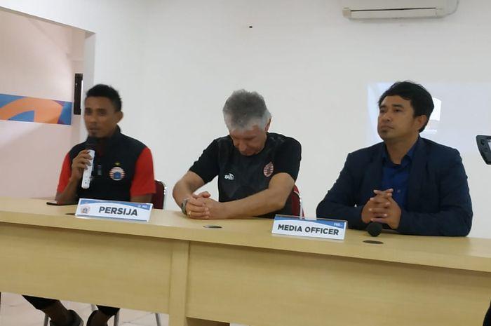Pemain dan pelatih Persija Jakarta, Maman Abdurrahman serta Ivan Kolev dalam jumpa pers di ruang med