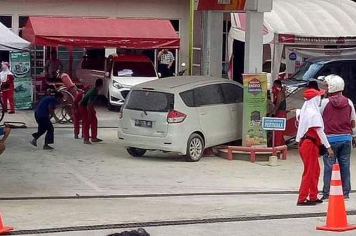 Petugas SPBU Kebun Cengkeh di Ambon memeriksa dispenser yang roboh ditabrak sebuah mobil di SPBU tersebut, Selasa sore (22/1/2019)(KOMPAS.com/RAHMAT RAHMAN PATTY)
