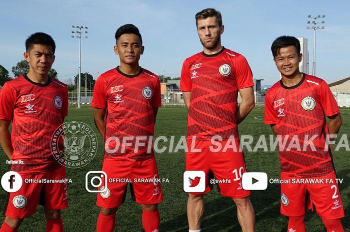 Mantan pemain Persipon Pontianak, Rian Firmansyah (paling kanan), bersama para pemain anyar Sarawak